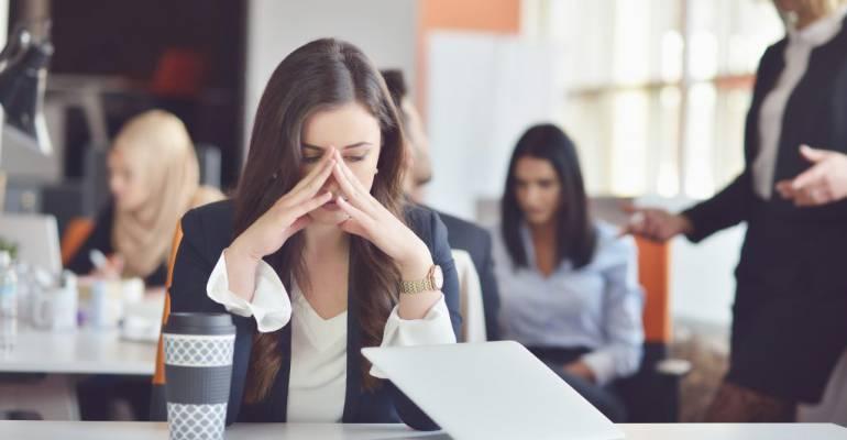 Những phiền nhiễu gây mất tập trung phổ biến nhất trong văn phòng là gì?